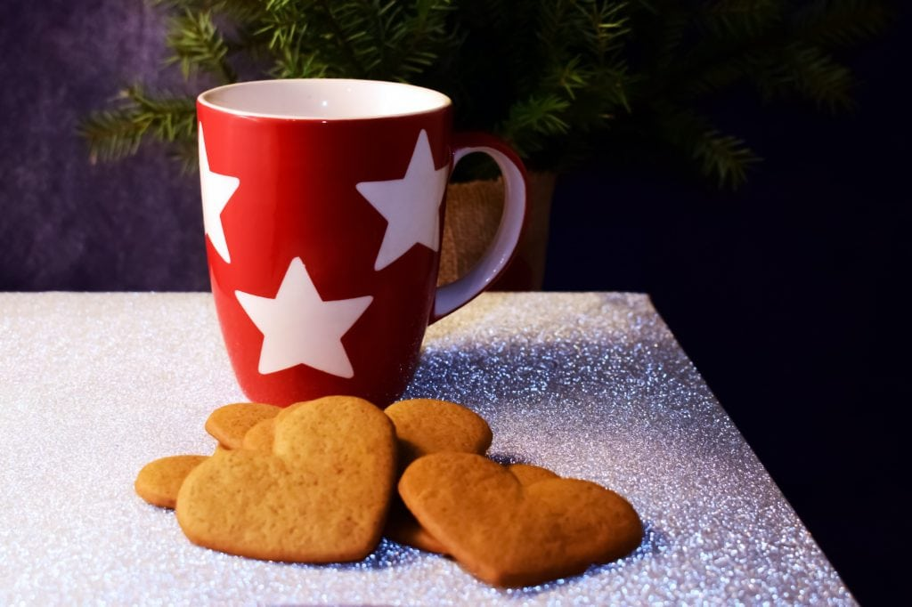 Heart shaped pepperkaker and a red cup with white stars.