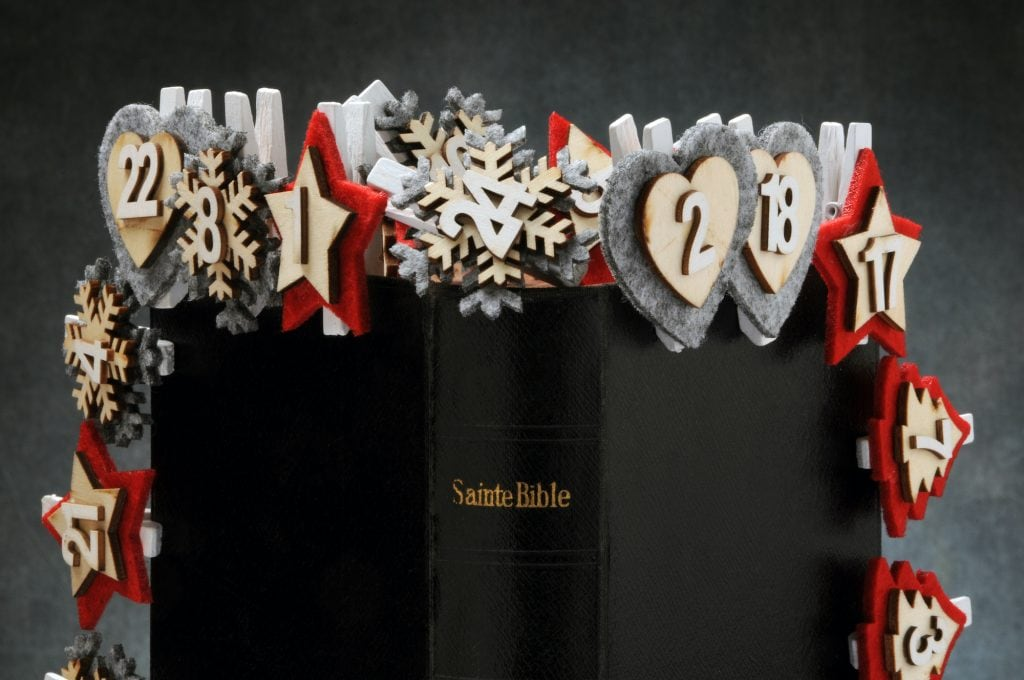 Sainte Bible standing up with Christmas decorations on the front and back cover, showing the Christmas days numbers 1 to 24.